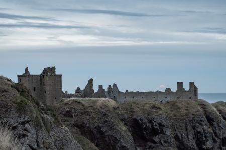 Red_Moonrise_over_Dunnottar_Castle.jpg